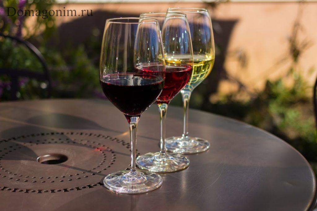 Красное, белое, розовое вино в бокале. Состав вина