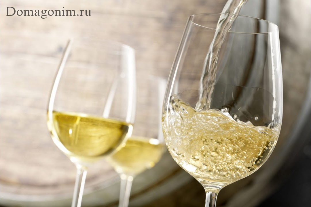 Белое вино в бокале фото