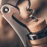 Как правильно открыть вино штопором и без него, сколько хранится открытое вино