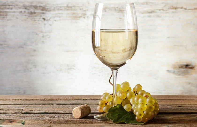 Белое полусладкое вино в бокале. Белое вино. Вино из белого винограда