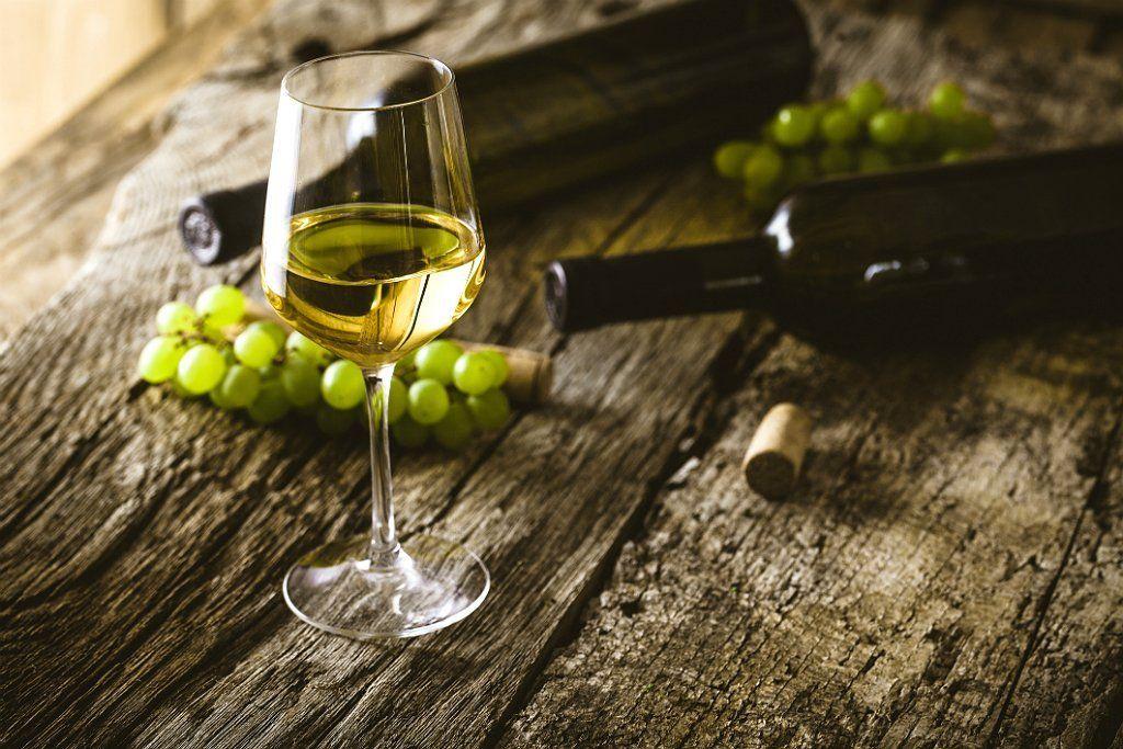 Белое сухое вино. Бокал с вином