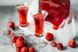 Клубничный ликер: 5 простых рецепта в домашних условиях